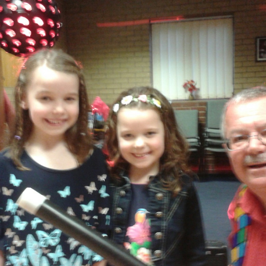 childrens entertainer magic bob with birthday party girls